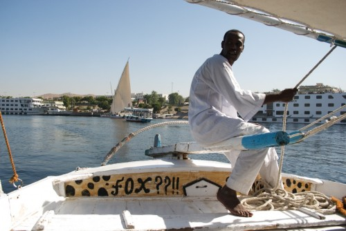 Un nubien dirigeant une félouque @ Assouan, Egypte