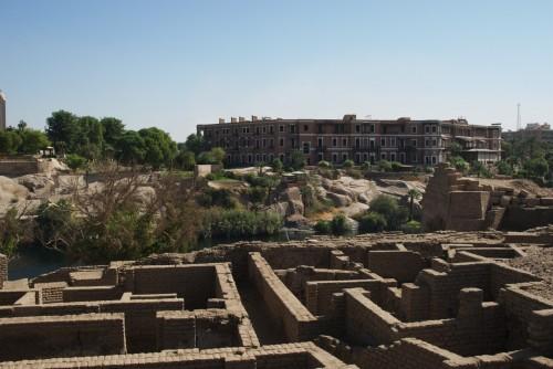 Vue sur les fouilles et l'Hôtel de l'Ile Elephantine @ Assouan, Egypte